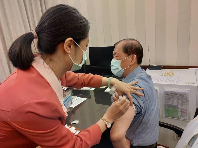 國內航空公司群聚疫情拉緊報,中市衛生局籲民眾接種疫苗。(台中市政府提供)