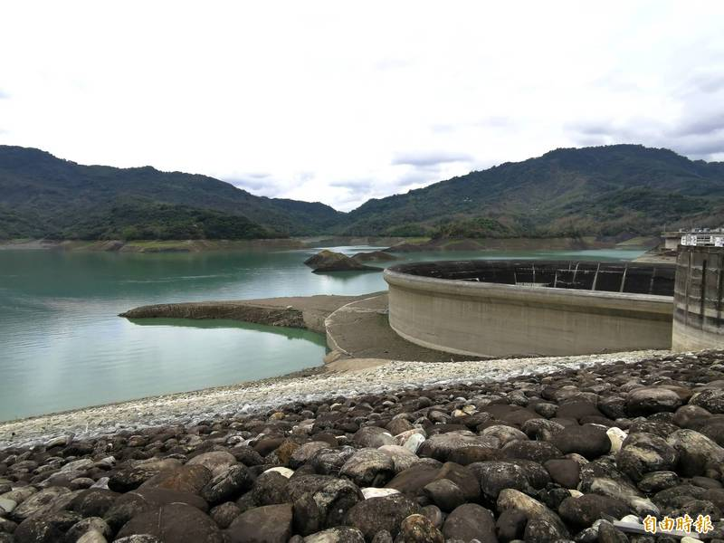 南化水庫的越域引水,流量逐漸變小,蓄水率持續下探。(記者吳俊鋒攝)