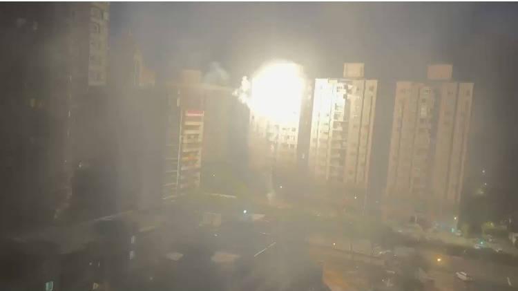 邱男今天凌晨疑似再度施放逾70發高空煙火,被多位民眾錄影PO網,有許多人紛紛留言感嘆「煙火已成新店特產」。(民眾提供)