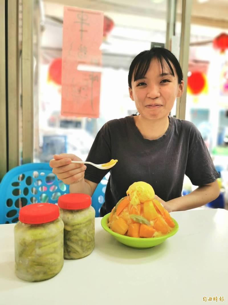 台南山區的土檨仔「情人果」已全面醃製,酸甜好滋味,是鮮果芒果冰的最佳配角。(記者吳俊鋒攝)
