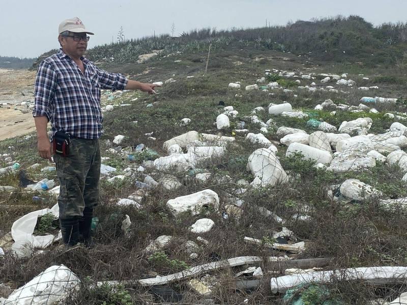 金沙鎮居民反映,這些保麗龍泡棉已囤積多年,風化來的顆粒埋入土中,成了生態殺手。(記者吳正庭攝)
