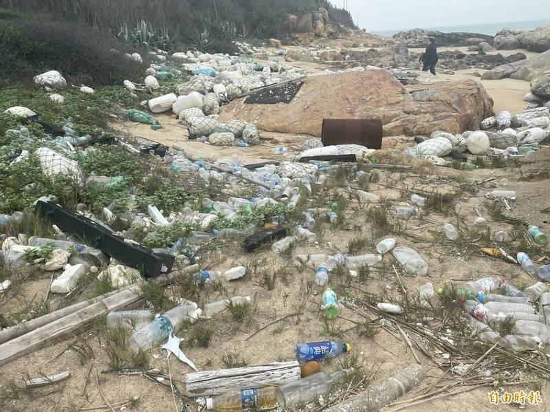 金沙鎮湖山灣長達1、200公尺的保麗龍等海漂垃圾「橫屍遍野」,令人怵目驚心。(記者吳正庭攝)
