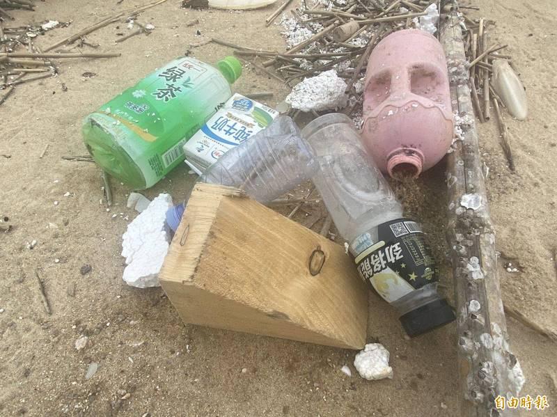 海漂垃圾的飲料罐上都是簡體字。(記者吳正庭攝)