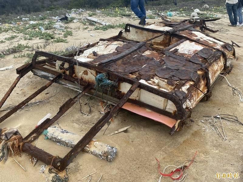 金門北海岸還有過去用來載運私貨、俗稱「小烏龜」的保麗龍舢板。(記者吳正庭攝)