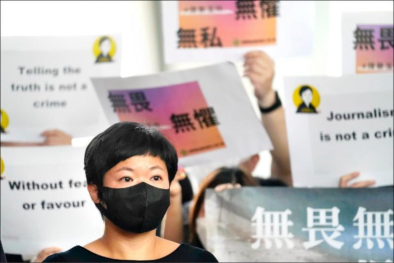 香港電台(RTHK)電視部知名時事節目「鏗鏘集」記者蔡玉玲,在二○一九年「反送中」示威期間,為披露新界元朗的「七二一」襲擊事件中有關警方與黑道勾結的真相,查詢汽車登記紀錄,不料被控以虛假陳述罪,並在上月底被判有罪,引起新聞界極大反彈。(美聯社)