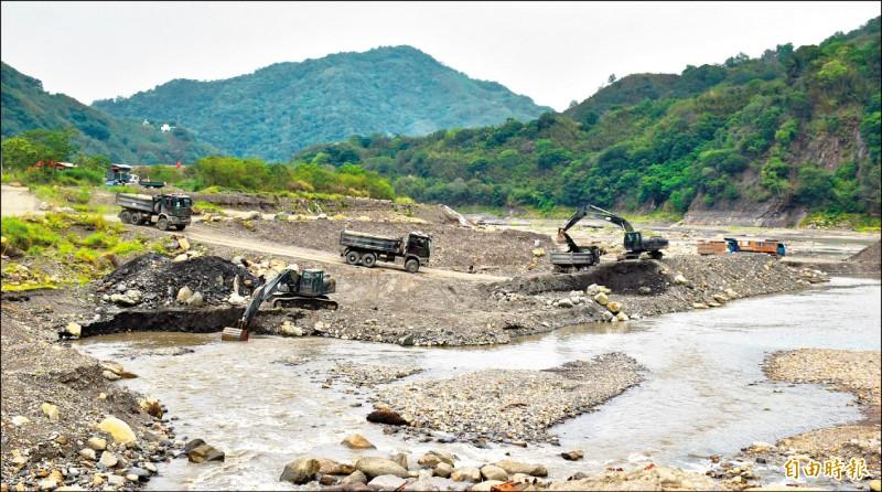 國軍在石門水庫蓄水域上游羅浮清淤工區協助清淤。(記者李容萍攝)