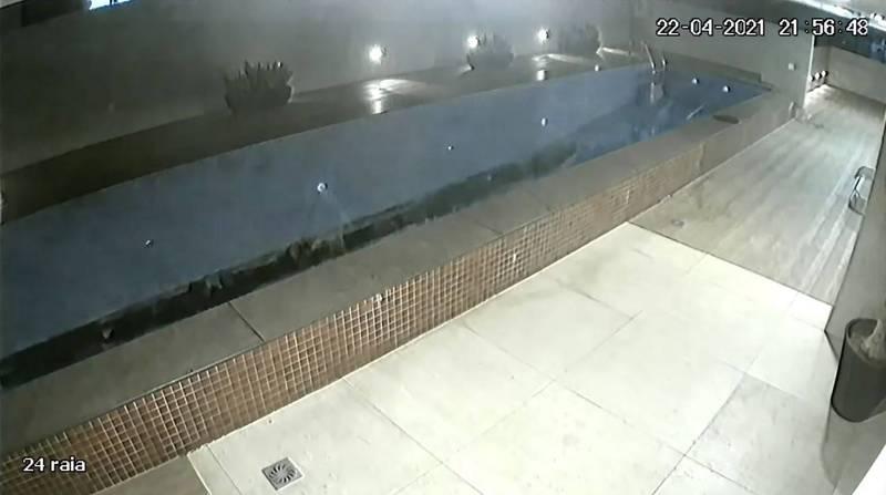 社區泳池因結構問題瞬間塌陷。(圖翻攝自Instaingenieria官方YouTube)
