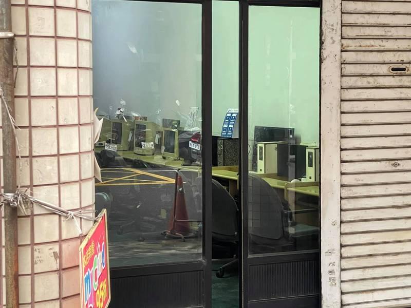 位在高雄小港區的一間網咖,內部陳設了投幣式主機、映像管電腦螢幕和滾輪滑鼠,懷舊照片引發網友熱議。(圖為Chris Yeh網友授權提供)