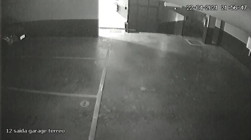 社區地下室當時停了一部車子。(圖翻攝自Instaingenieria官方YouTube)