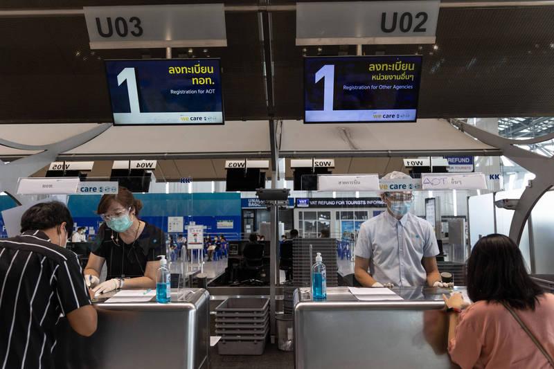 近日泰國網傳一份旅遊方案稱帶團到美國接種免費嬌生疫苗。示意圖,與本文無關,圖為曼谷素萬那普機場畫面。(彭博)
