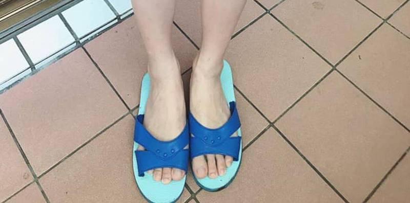 1名長腿女子今(4日)在臉書發文抱怨,自己只是穿著俗稱「藍白拖」的橡膠拖鞋前往超商購物,不料竟有陌生阿嬤見狀後痛批「沒水準」。(圖取自爆怨公社)