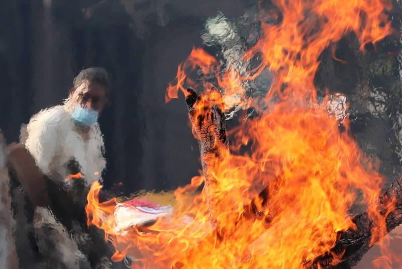 印度境內武漢肺炎(新型冠狀病毒病,COVID-19)疫情失控,是否撤僑引起各國政府關注。圖為印度一處火葬場運作情況,示意圖。(歐新社)