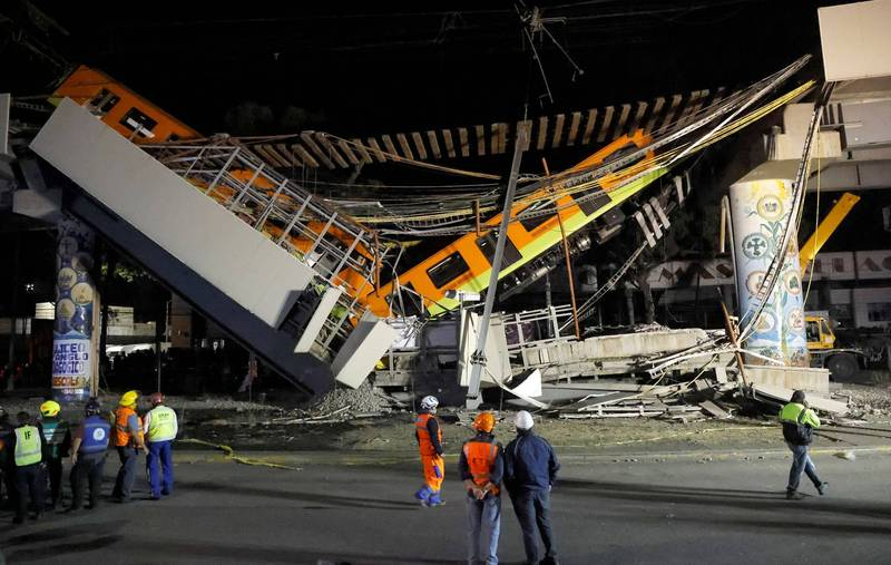 墨西哥東南部墨西哥市奧利沃斯地鐵站(Olivos Station)驚傳高架橋梁坍塌,兩節列車呈V字型懸掛橋上,部分車體摔落地面。(路透)