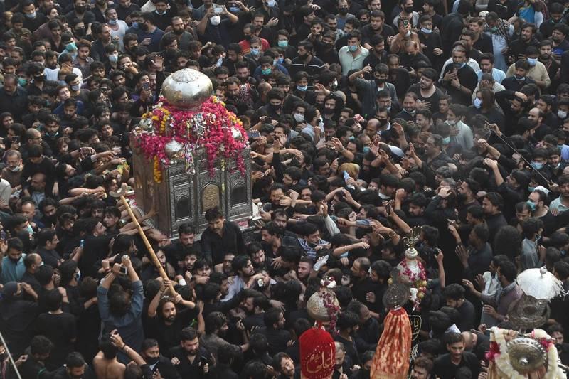 巴基斯坦今(4)日大型宗教節日吸引數千人參與,且多數人未配戴口罩。(歐新社)