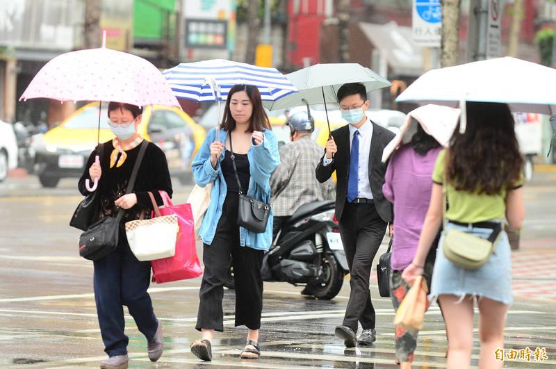 明(5)天鋒面通過,全台各地降雨機率稍增,東半部及馬祖地區需留意局部大雨。(資料照)