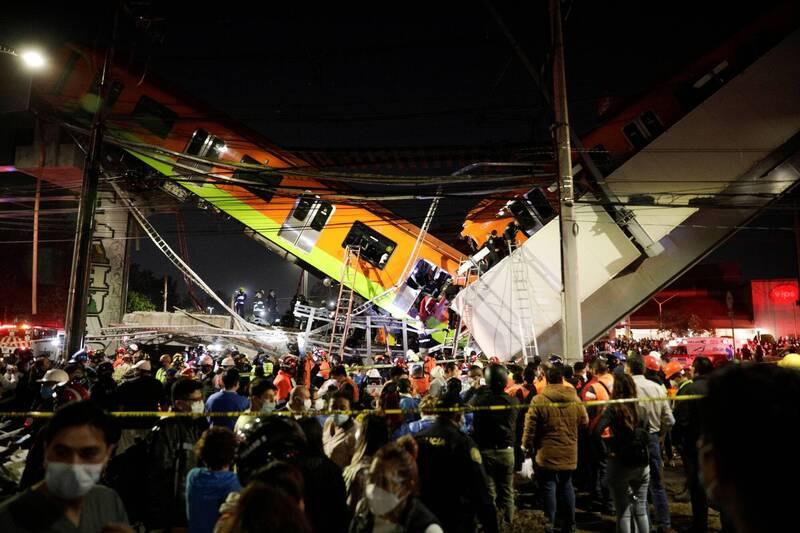 墨西哥東南部墨西哥市奧利沃斯地鐵站(Olivos Station)附近,驚傳1座高架橋梁崩塌,造成1輛行駛在橋上的地鐵列車出軌掉落地面,部分車身段成兩截成V字型。(路透)