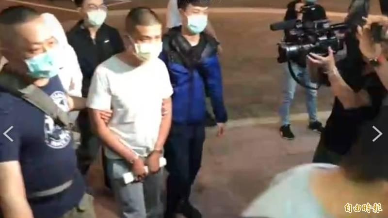 涉案在逃的主嫌吳傳斌等4人,晚間在律師陪同下,已向北市警中山分局投案,警方出示拘票當場將吳嫌等人拘捕上銬。(記者劉慶侯攝)