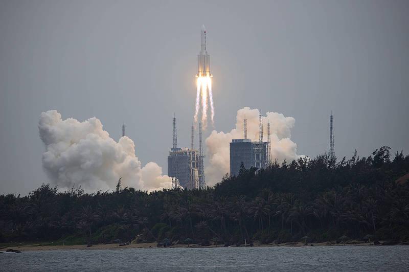 長征五號B遙二運載火箭4月29日上午成功發射升空,為中國建設「天宮」太空站拉開序幕,不過其殘骸正不受控墜落中。(美聯社)