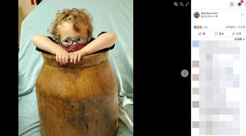 小朋友頭部、手腳卡住時有所聞,但美國波特蘭有名2歲男童多利安(Dorian)竟卡在木桶裡。(圖取自Nick Beres NC5臉書)