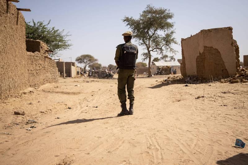 布吉納法索東部一座村莊,昨天慘遭伊斯蘭聖戰份子血洗,估計30人遭屠殺。圖為布吉納法索士兵。(法新社)