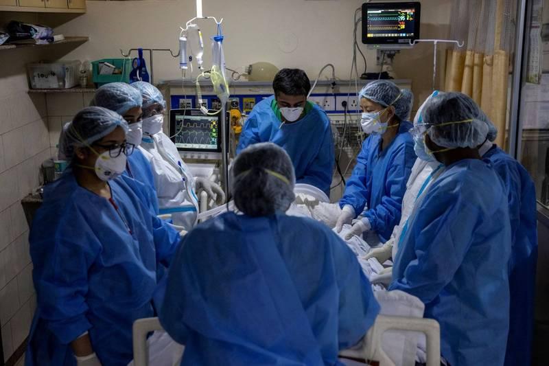 印度政府將醫護人員考試延期,讓實習醫護直接上防疫第一線。圖為印度醫護。(路透)