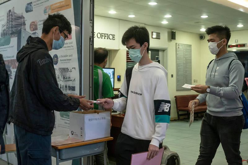 香港衞生署衞生防護中心指出,過去兩週陸續傳出有學校或院舍上呼吸道感染案例,包含上述42間學校在內,目前累計共有99間學校出現案例,其中包含72間幼稚園/幼兒中心和27間小學,涉及逾650人。(彭博)