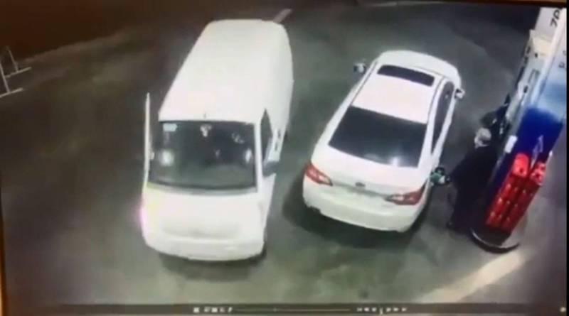 白色轎車的男子正在為自己的愛車加油,未料旁邊出現一台白色箱型車,意圖搶劫。(圖翻攝自《Reddit》)