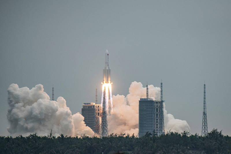 中國4月29日藉由長征五號B遙二運載火箭將「天和核心艙」成功發射升空。(歐新社)
