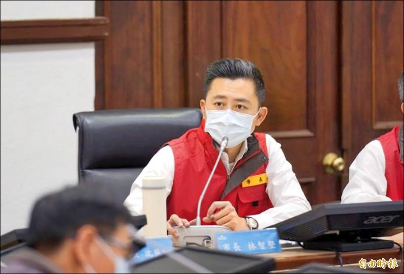 新竹市長林智堅表示,因應疫情發展,即日起社區據點改為供餐不共餐。(記者洪美秀攝)