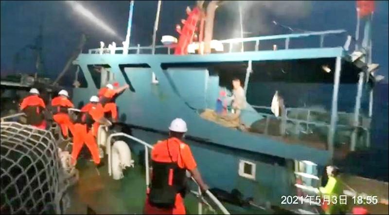 中國無船名漁船三日晚間越界蛇行拒檢,澎湖海巡隊強靠登船。(澎湖海巡隊提供)