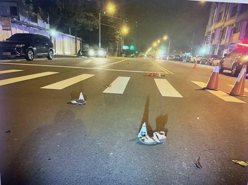 賓士車右前擋風玻璃碎裂,車頭也嚴重毀損,陳婦的外套、鞋子散落地上。(記者何宗翰翻攝)