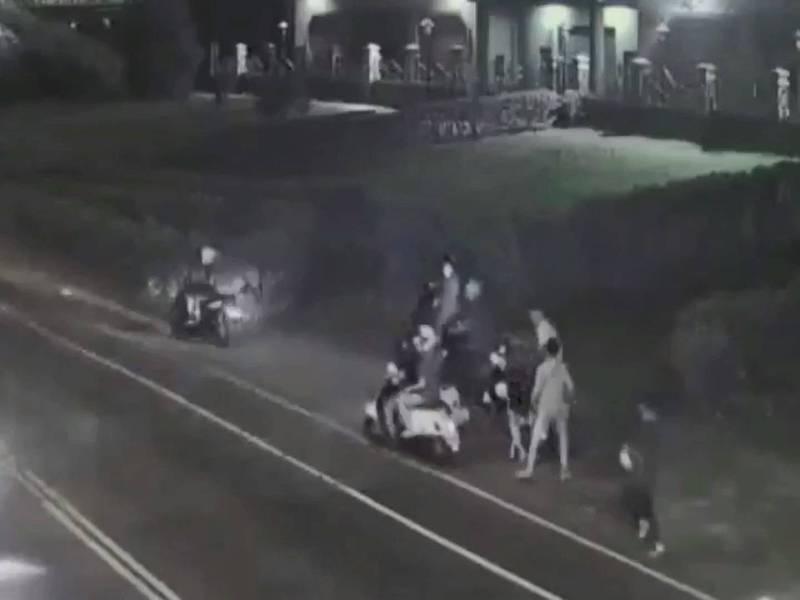 監視器拍下楊少等人見警到來騎機車鳥獸散。(記者徐聖倫翻攝)