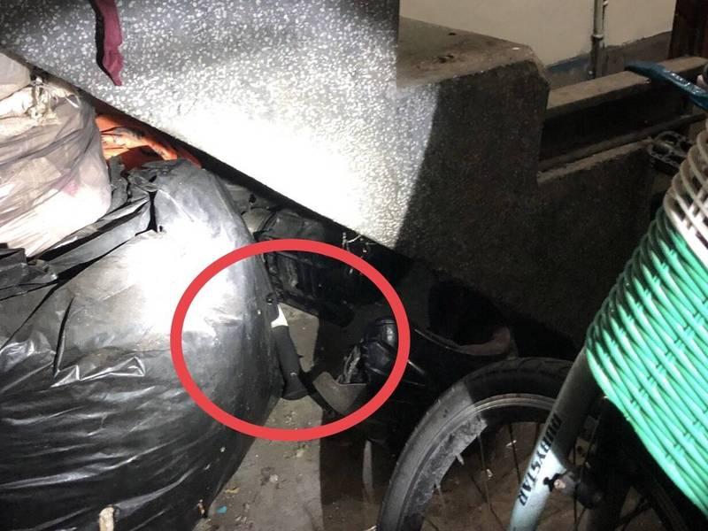 警方發現楊少等人在現場丟棄的刀械。(記者徐聖倫翻攝)