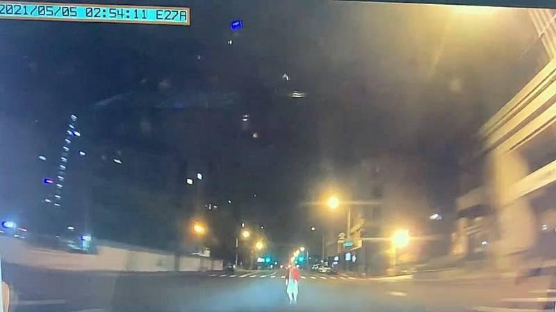 陳姓婦人穿越馬路時遭撞身亡。(記者何宗翰翻攝)