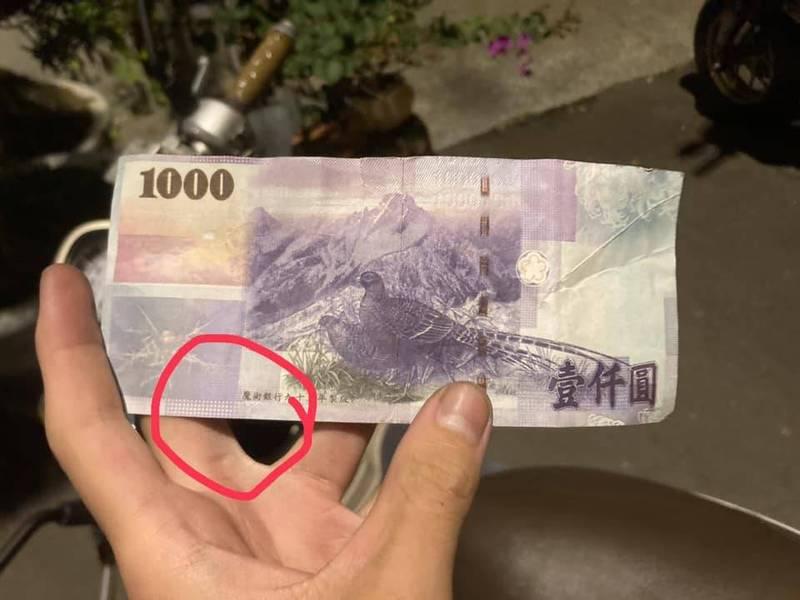 一位外送員送餐,對方竟拿有「魔術銀行」字樣的假鈔,還要他找錢,幸好眼尖發現未受騙。(記者陳建志翻攝自「抱怨2公社」)