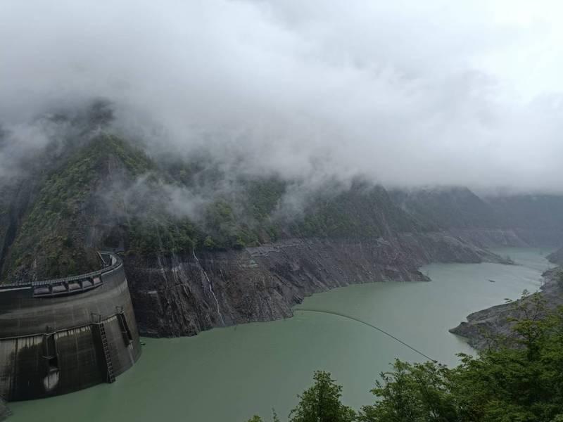 德基水庫再次停放水到下游,致水位略為上升。(記者歐素美翻攝)