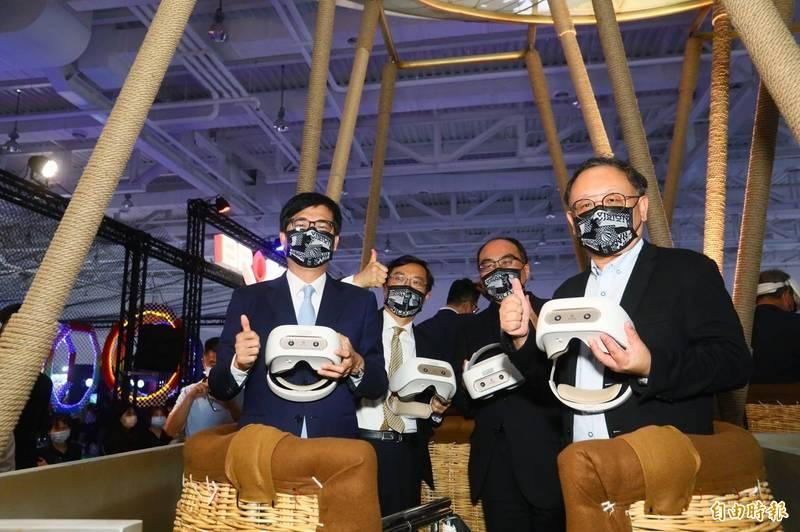 「放視大賞」於高雄展覽館開幕,高雄市長陳其邁(左)、副市長史哲(右),體驗智崴的熱氣球模擬器。(記者葛祐豪攝)