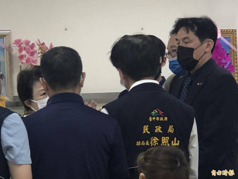 市長盧秀燕到殯儀館向黃家表達哀悼之意。(記者許國楨攝)