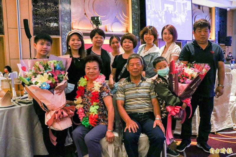 吳游霜(前排左)膝下的5個女兒(中間排),今天全員到齊,替媽媽祝賀。(記者蔡昀容攝)