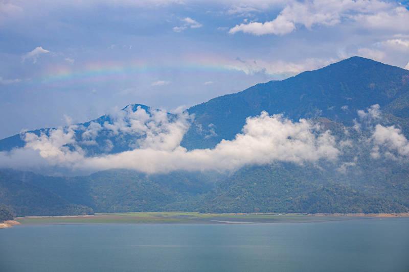日月潭下午出現短暫雨勢,雨後潭區天空出現彩虹驚喜。(民眾提供)