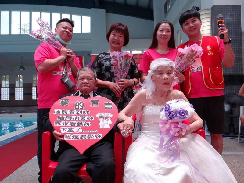 中埔鄉87歲林阿公與83歲朱阿嬤鑽石婚。(華山基金會提供)