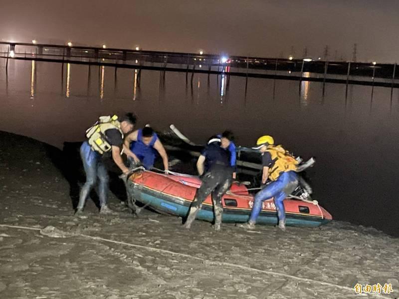 消防局、海巡署及民間救難團體超過百人日夜搜索,仍找不到張姓父親下落。(記者何宗翰攝)