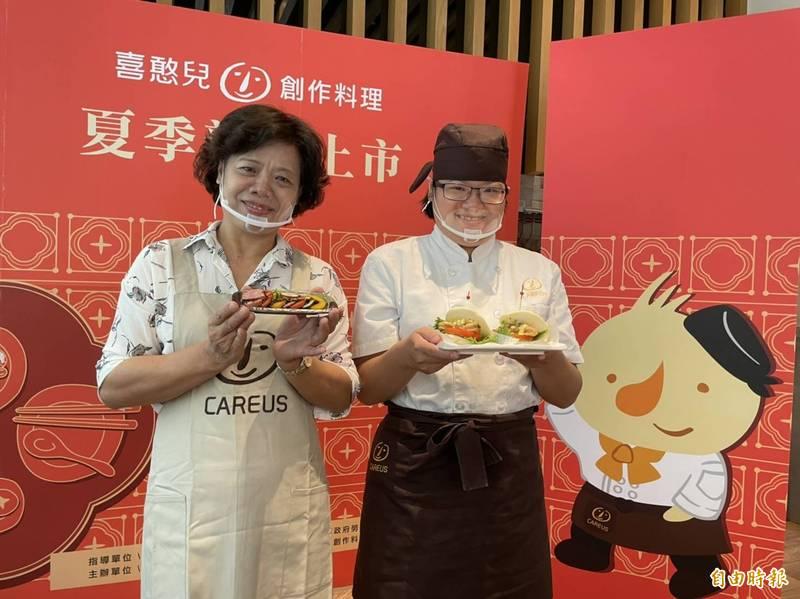 小芷(右)招待媽媽吃好料。(記者黃旭磊攝)