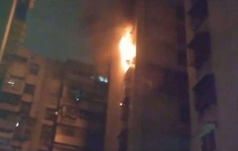 台北市中華路二段青年社區一棟大樓今晚傳出火警,現場火舌竄出。(記者王冠仁翻攝)