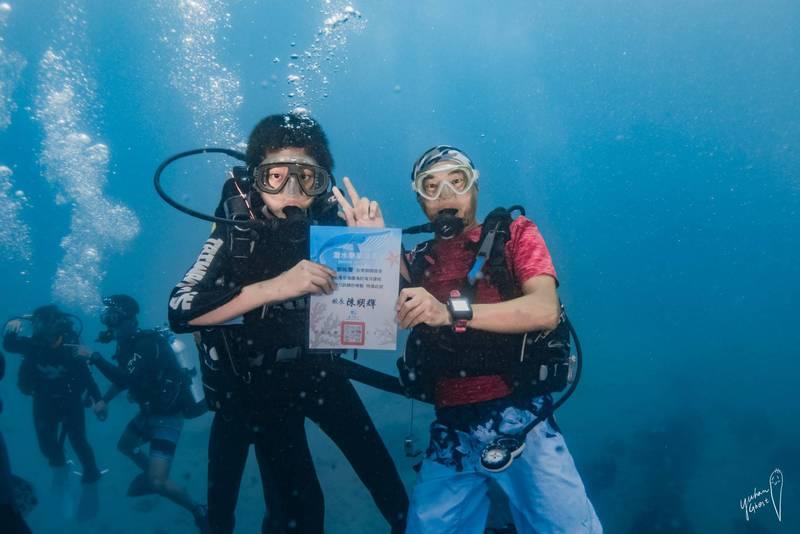潛水面罩代替口罩,墾丁國小辦水中畢業典禮。(台潛提供)