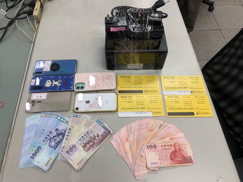 警方查扣現金6萬2100元、相關旅遊團申請補助文書及帳冊等贓證物。(記者許國楨翻攝)