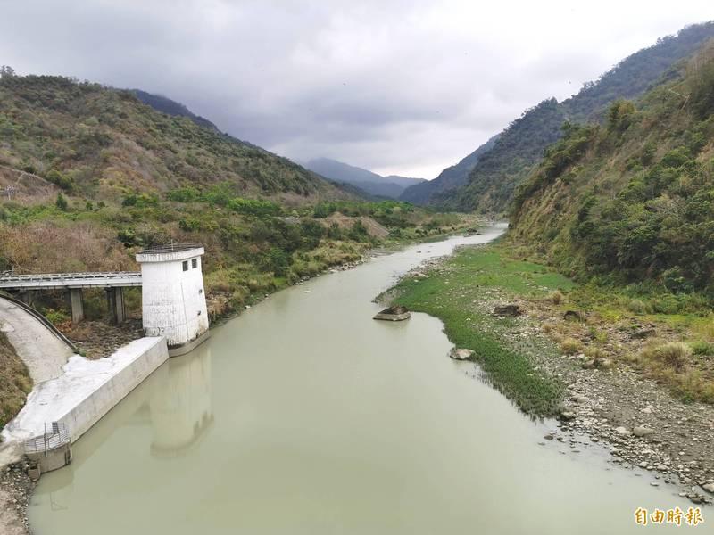 曾文水庫再放水「轉存」烏山頭水庫,3日後蓄水率將跌破6%。(記者吳俊鋒攝)