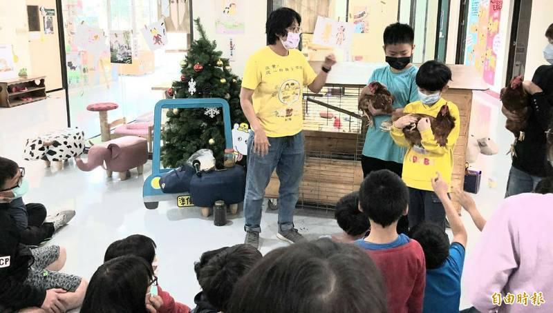 市府全國首創「小心雞」計畫,推動友善動物教育課程,學生體驗抱雞的樂趣。(記者陳文嬋攝)