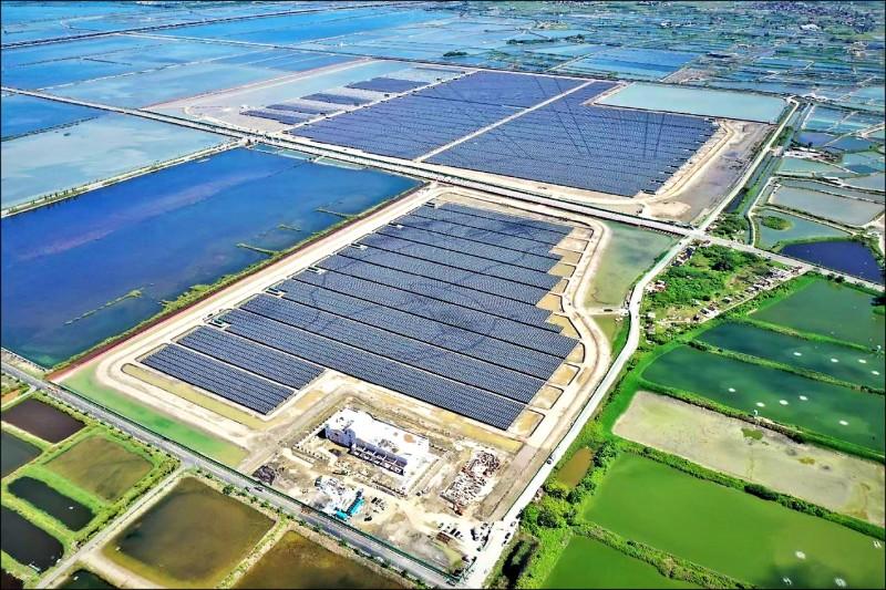 全國最大地面型「鹽田太陽光電場」已於3月啟用,將可年產2億度綠電。(市府提供)