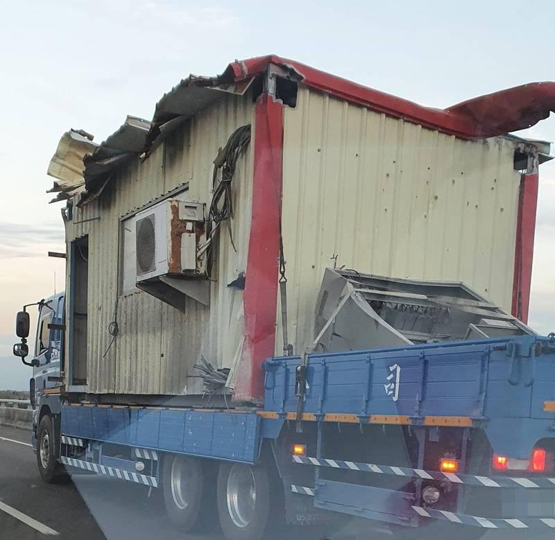 一名網友在路上看見這台載著鐵皮屋的貨車,不少網友驚呼是「霍爾的移動城堡」。(圖擷取自路上觀察學院)